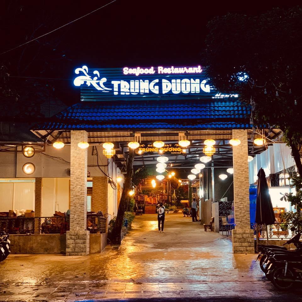Cổng nhà hàng Trung Dương - Phú Quốc buổi tối